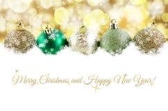 Kerstmisballen in sneeuw met speelse sneeuwvlokken en bokeh achtergrond Royalty-vrije Stock Foto's
