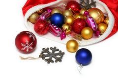 Kerstmisballen, speelgoed in zak op wit Stock Afbeeldingen