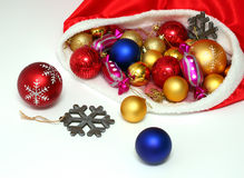Kerstmisballen, speelgoed in zak op wit Stock Foto