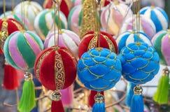 Kerstmisballen van fluweel en faux bont worden gemaakt dat stock foto's