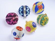Kerstmisballen van vele hand-gebeëindigde kleuren Stock Afbeelding