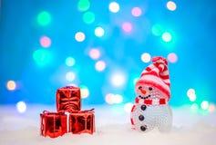 Kerstmisbeeld met een sneeuwman en giften stock afbeeldingen