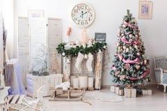 Kerstmisbinnenhuisarchitecturen: Kerstmisboom in heldere ruimte stock afbeeldingen