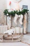 Kerstmisbinnenhuisarchitecturen: Kerstmisboom in heldere ruimte royalty-vrije stock afbeelding