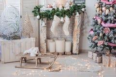 Kerstmisbinnenhuisarchitecturen: Kerstmisboom in heldere ruimte stock fotografie
