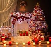 Kerstmisbinnenland, de Open haard Lichte, Verfraaide Zaal van de Kerstmisboom Royalty-vrije Stock Afbeelding