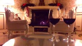 Kerstmisbinnenland Het binnenland van het woonkamerhuis met verfraaide open haard en Kerstmisboom