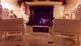 Kerstmisbinnenland Het binnenland van het woonkamerhuis met verfraaide open haard en Kerstmisboom stock videobeelden