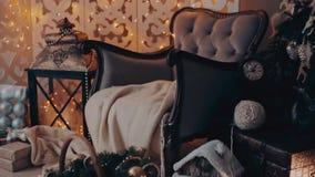 Kerstmisbinnenland met leunstoel en een boom in schaduwen van grijs stock footage