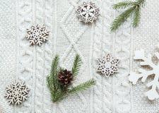 Kerstmisboeket met sparren, spar, sneeuwvlokken op witte gebreide achtergrond De kaart van de vakantie Uitstekende stijl F Royalty-vrije Stock Foto