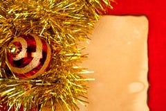 Kerstmisbol met gouden klatergoud op oud document Royalty-vrije Stock Foto