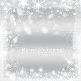Kerstmisbol op grijze achtergrond met sneeuw Stock Foto's