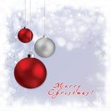 Kerstmisbol op grijze achtergrond met sneeuw Stock Afbeeldingen