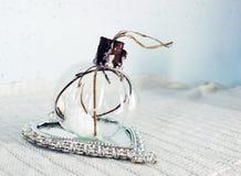 Kerstmisbol van glas wordt gemaakt dat Stock Foto's