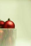 Kerstmisbollen in een Huidige Doos Stock Afbeeldingen