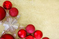 Kerstmisbollen en Sterboom Topper Framing Gold Glitter Backgr Royalty-vrije Stock Foto's