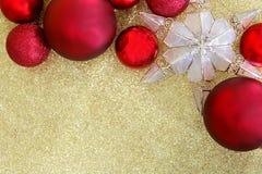 Kerstmisbollen en Sterboom Topper Framing Gold Glitter Backgr Stock Fotografie
