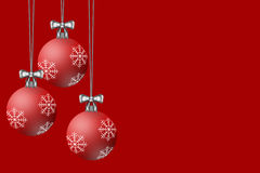 Kerstmisbollen op een Rode Achtergrond worden getoond die Stock Fotografie