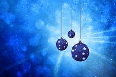 Kerstmisbollen op vage blauwe achtergrond worden geplaatst die Royalty-vrije Stock Fotografie