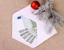 Kerstmisbonus als vijf honderd euro geld in envelop royalty-vrije stock fotografie