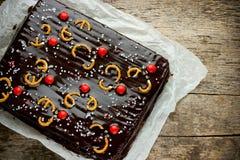 Kerstmiscake met de glans van de chocoladespiegel met suikergoed wordt verfraaid dat Royalty-vrije Stock Afbeelding