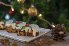 Kerstmiscake met Kerstmisboom en ornamenten royalty-vrije stock foto