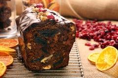 Kerstmiscake met met gedroogde pruimen en chocoladesuikerglazuur royalty-vrije stock foto's