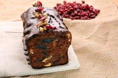 Kerstmiscake met met gedroogde pruimen en chocoladesuikerglazuur royalty-vrije stock afbeelding