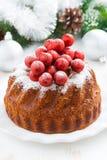 Kerstmiscake op een verticale plaat en decoratie, Stock Afbeeldingen