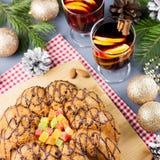 Kerstmiscake, twee glazen hete overwogen wijn met gesneden sinaasappel Kerstmisachtergrond met voedsel en decoratie stock foto's