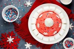 Kerstmiscake van de kerstmanhoed De cake van de de winterhoed met traditionele ornam Stock Foto