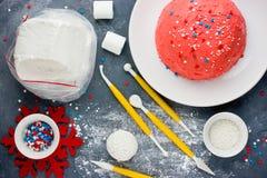 Kerstmiscake van de kerstmanhoed De cake van de de winterhoed met traditionele ornam Royalty-vrije Stock Foto's