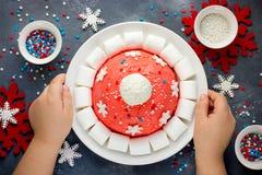 Kerstmiscake van de kerstmanhoed De cake van de de winterhoed met traditionele ornam Stock Afbeeldingen