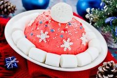 Kerstmiscake van de kerstmanhoed De cake van de de winterhoed met traditionele ornam Stock Foto's