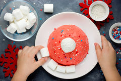 Kerstmiscake van de kerstmanhoed De cake van de de winterhoed met traditionele ornam Stock Fotografie