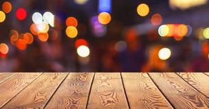 Kerstmisconcept: Feestelijke achtergrond met lichte vlekken en bokeh voor een lege houten lijst stock foto's