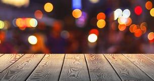 Kerstmisconcept: Feestelijke achtergrond met lichte vlekken en bokeh voor een lege houten lijst royalty-vrije stock afbeelding