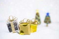 Kerstmisconcept, mooie giftdoos op witte sneeuw royalty-vrije stock afbeelding