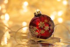 Kerstmisconcept: rode Kerstmisbal met bezinning Royalty-vrije Stock Fotografie