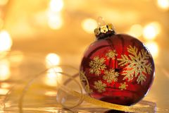 Kerstmisconcept: rode Kerstmisbal met bezinning Stock Fotografie