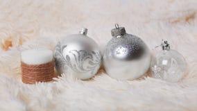 Kerstmisconcept - zilveren Kerstmisballen en decoratieve kaars Royalty-vrije Stock Foto's