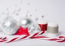 Kerstmisconcept - zilveren Kerstmisballen, suikergoed-stokken en Dec Stock Afbeelding