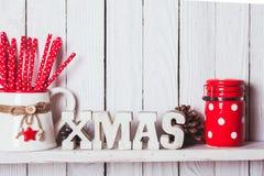 Kerstmisdecor op de plank royalty-vrije stock afbeeldingen