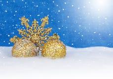 Kerstmisdecor in sneeuw stock foto's