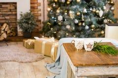 Kerstmisdecor van modieuze woonkamer royalty-vrije stock foto