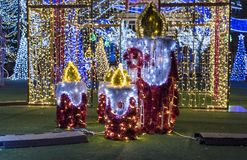 Kerstmisdecoratie - Aangestoken kandelaars van lichten stock afbeeldingen