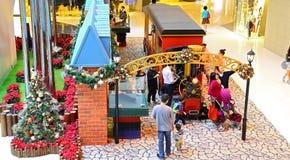 Kerstmisdecoratie bij festivalgang het winkelen mal Stock Foto's