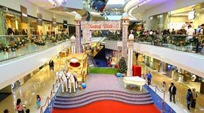 Kerstmisdecoratie bij festivalgang het winkelen mal Stock Afbeelding