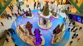 Kerstmisdecoratie bij winkelcomplex stock videobeelden