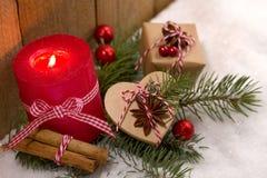 Kerstmisdecoratie - de kaars en leuk stelt in de sneeuw voor Stock Afbeelding